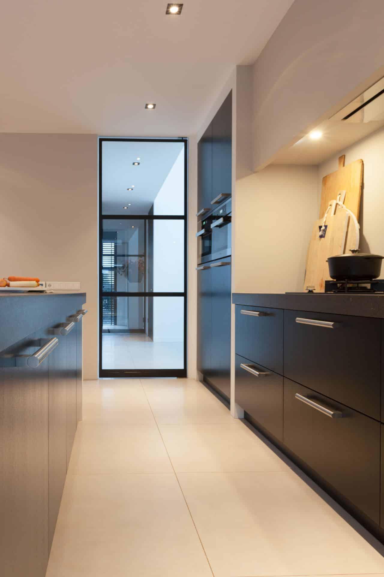 Luxe zwarte moderne keuken 22