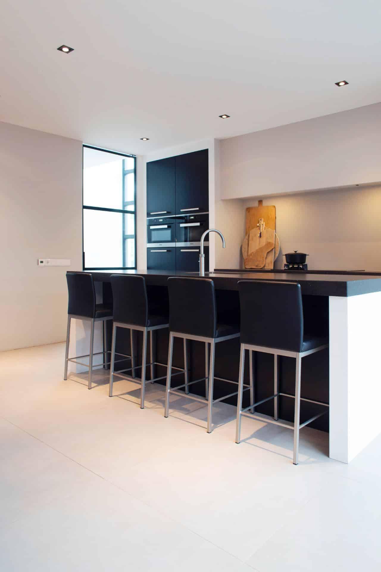 Luxe zwarte moderne keuken 24