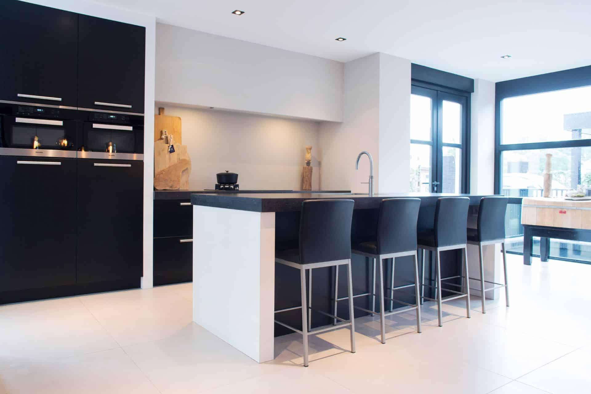 Luxe zwarte moderne keuken 28