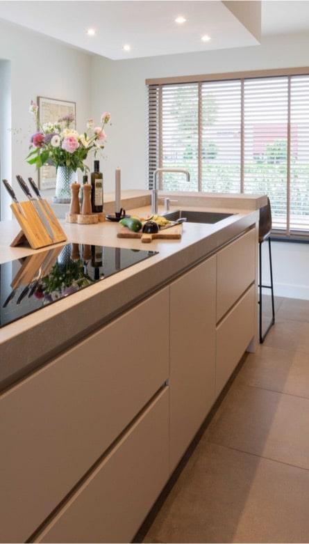 Mat witte greeploze keuken 12