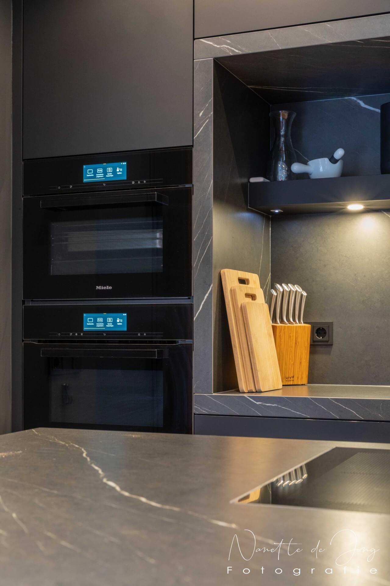 Zwarte fenix keuken miele apparatuur