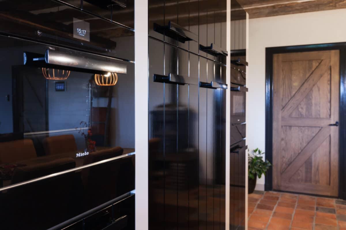 Klassieke zwarte hoogglans keuken