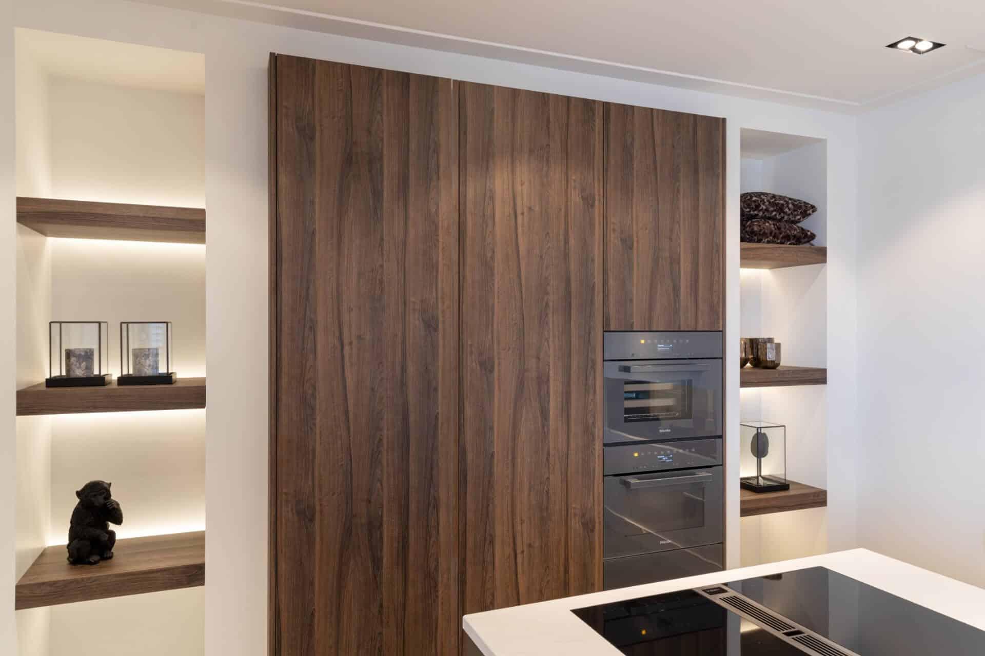 Moderne keuken met donker noten front