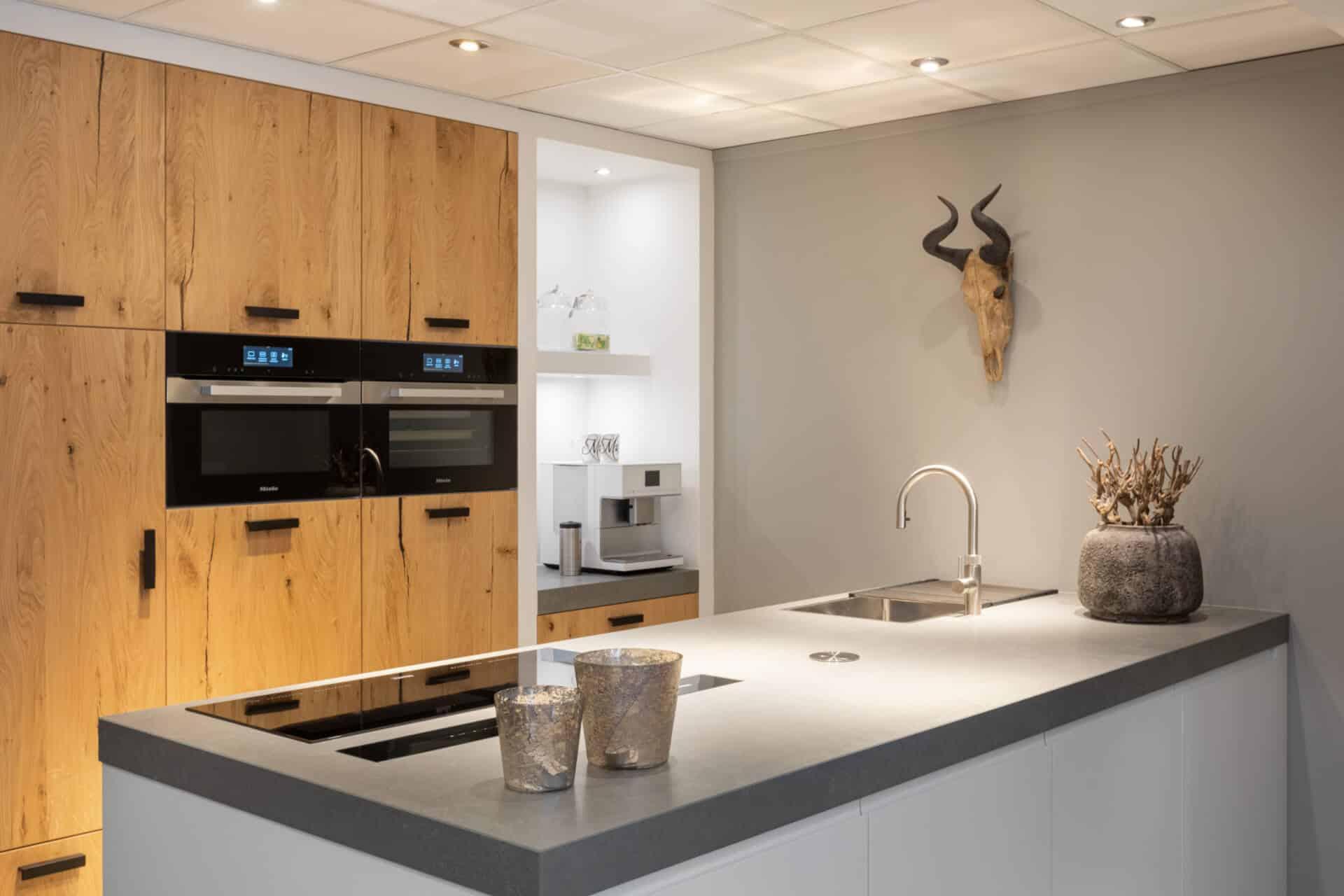 Robuuste, eiken keuken met Miele generatie 7000 apparatuur | Barneveld