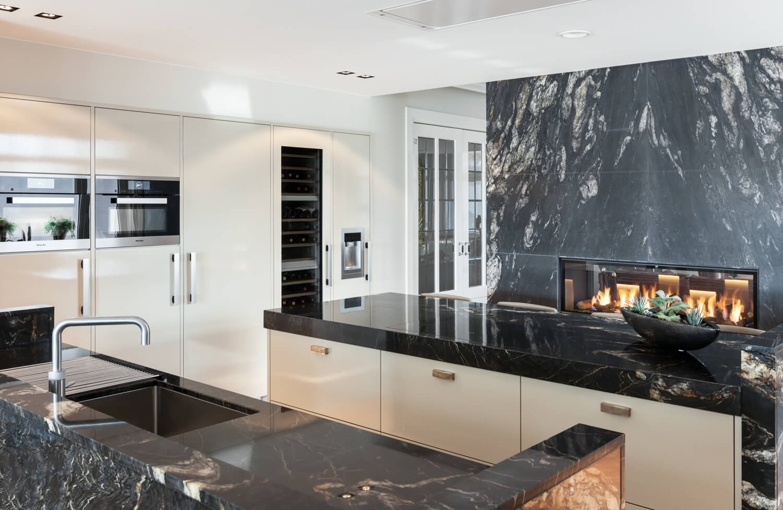 Marmeren keuken met hoogglans keukenfrontjes