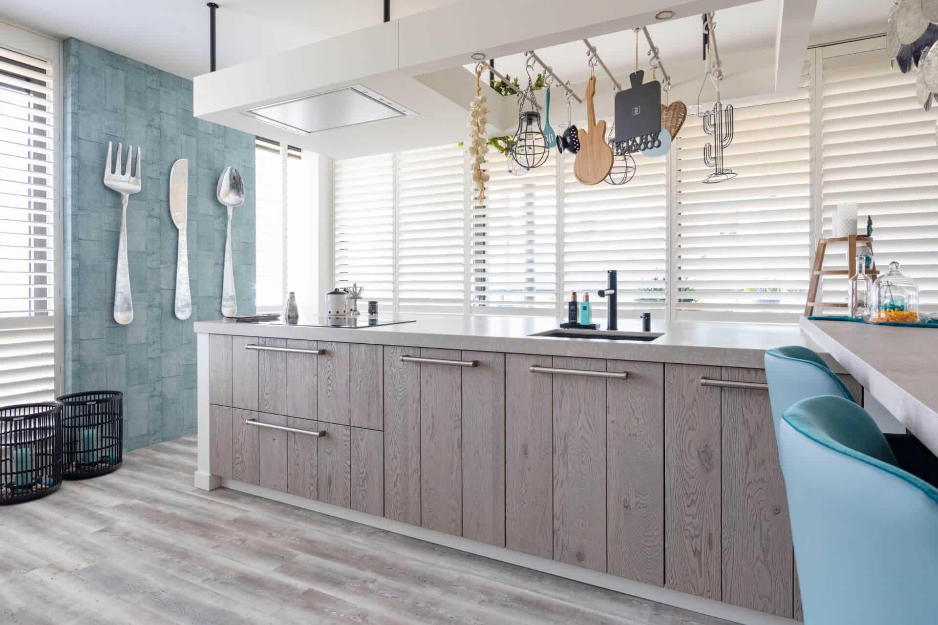 Open massief houten keuken met petrol kleurtinten | Ede