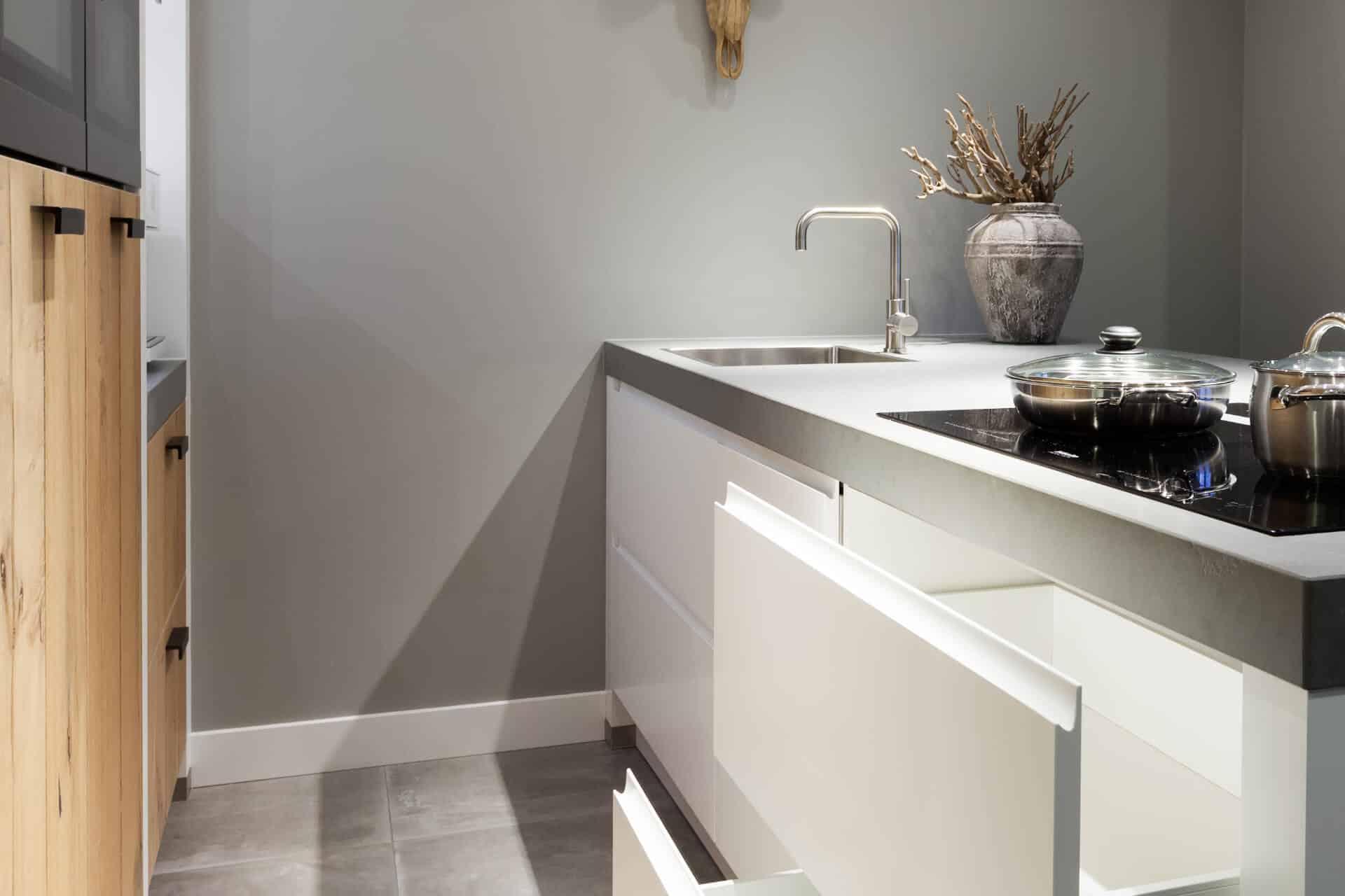 Moderne witte greeploze keuken 14