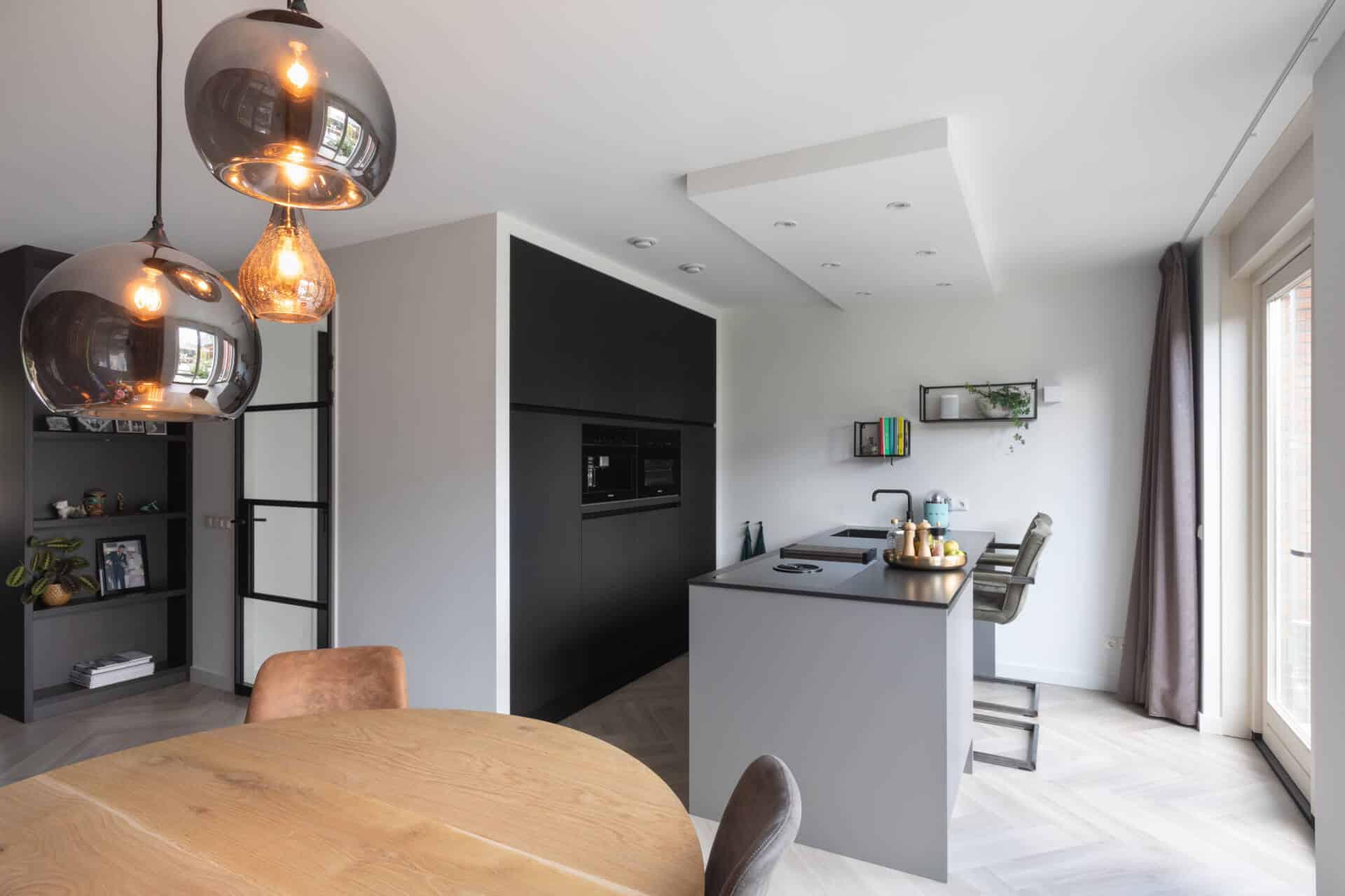 Zwarte fenix keuken composiet werkblad