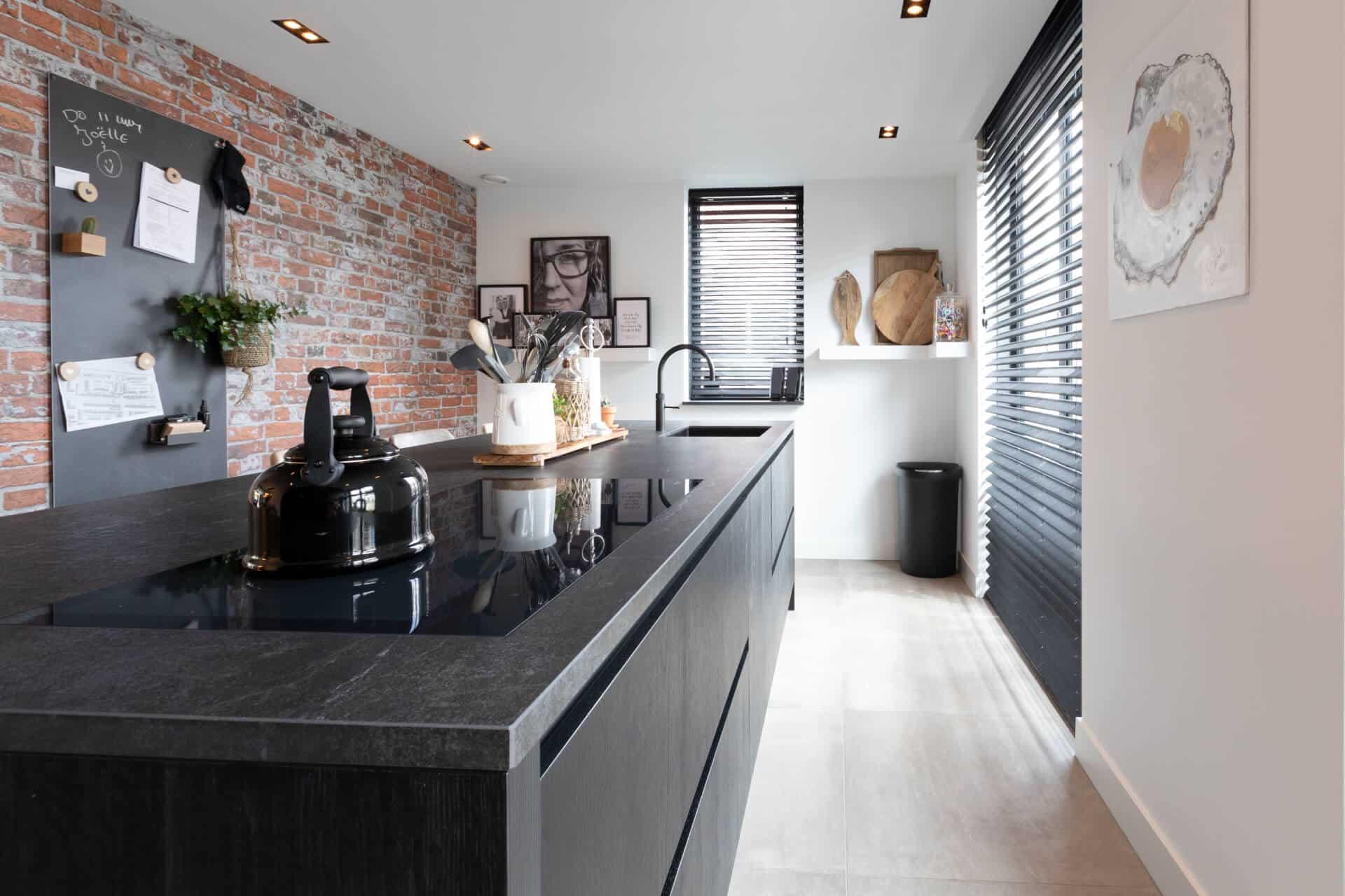 Donker gestijlde keuken met luxe uitstraling | Bunschoten Spakenburg