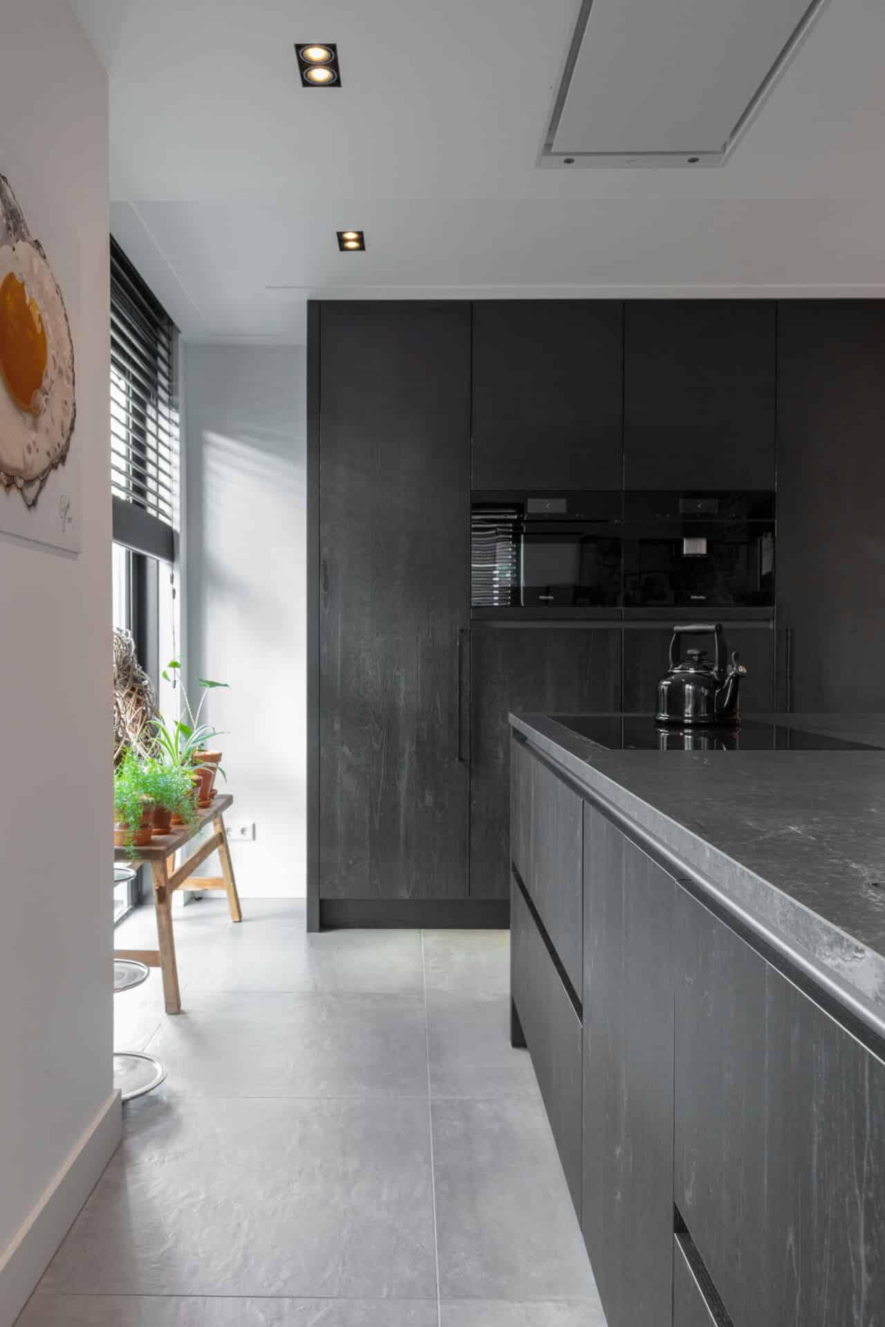 Zwarte moderne keuken miele apparatuur 16