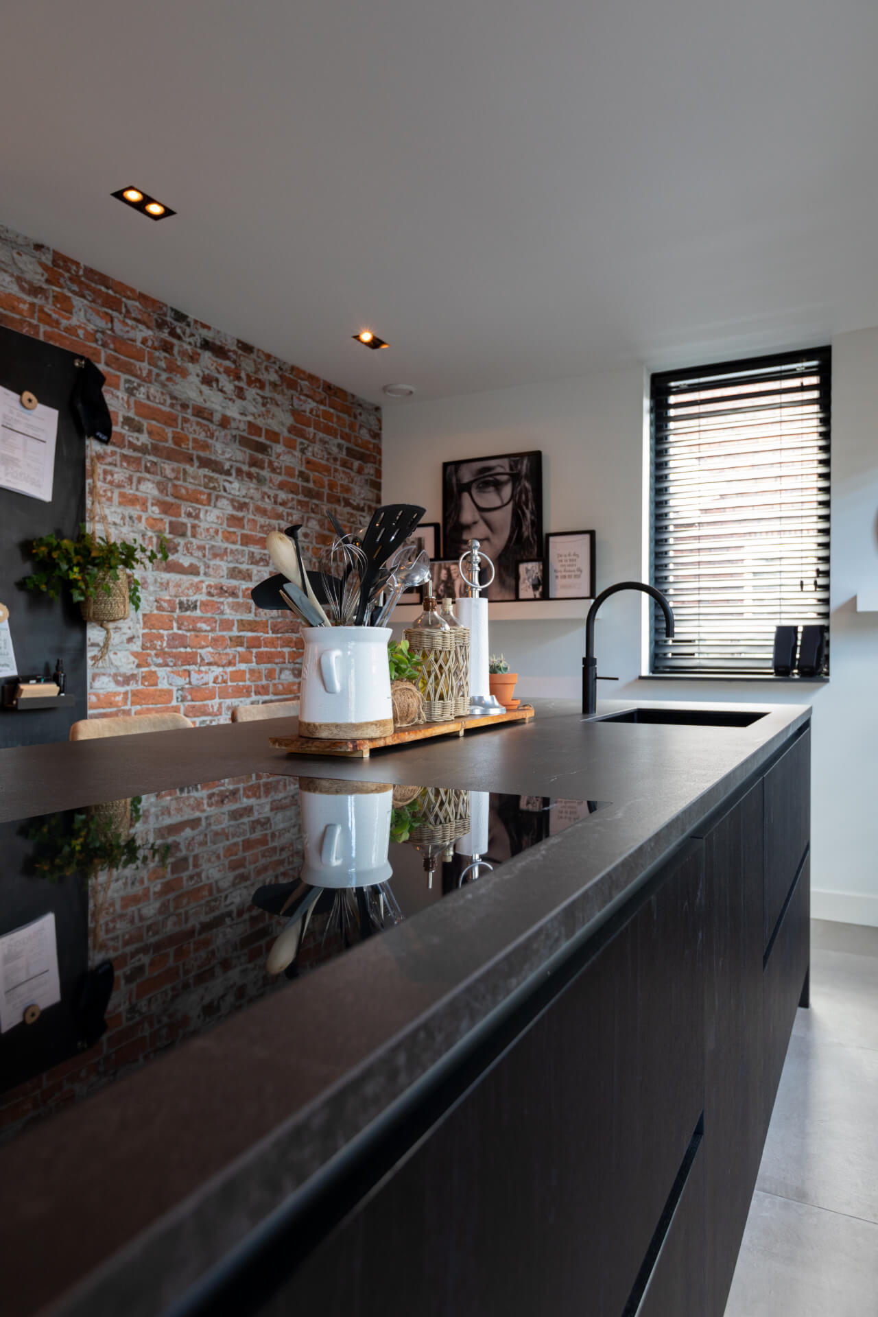 Zwarte moderne keuken miele apparatuur 18