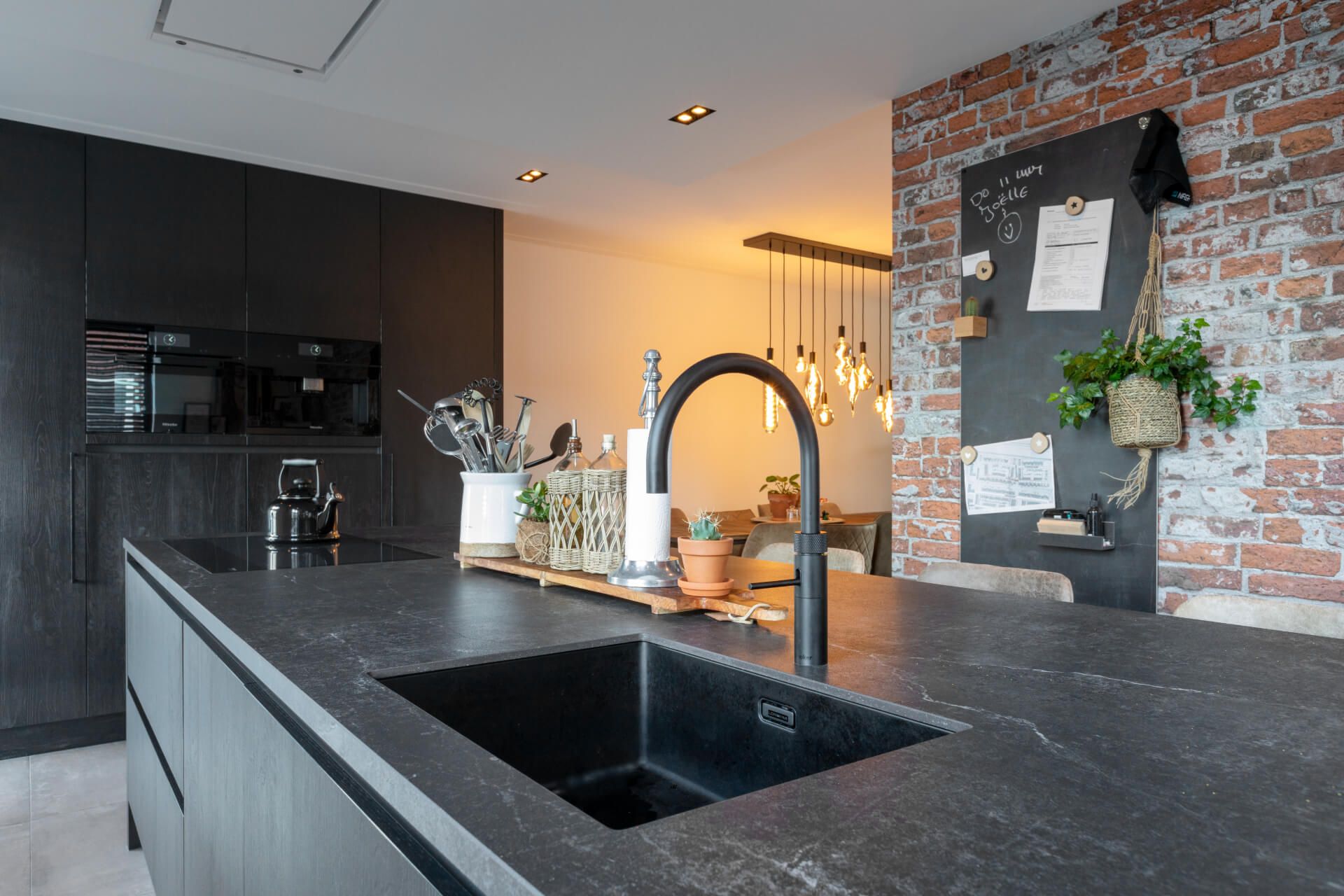 Zwarte moderne keuken miele apparatuur 3