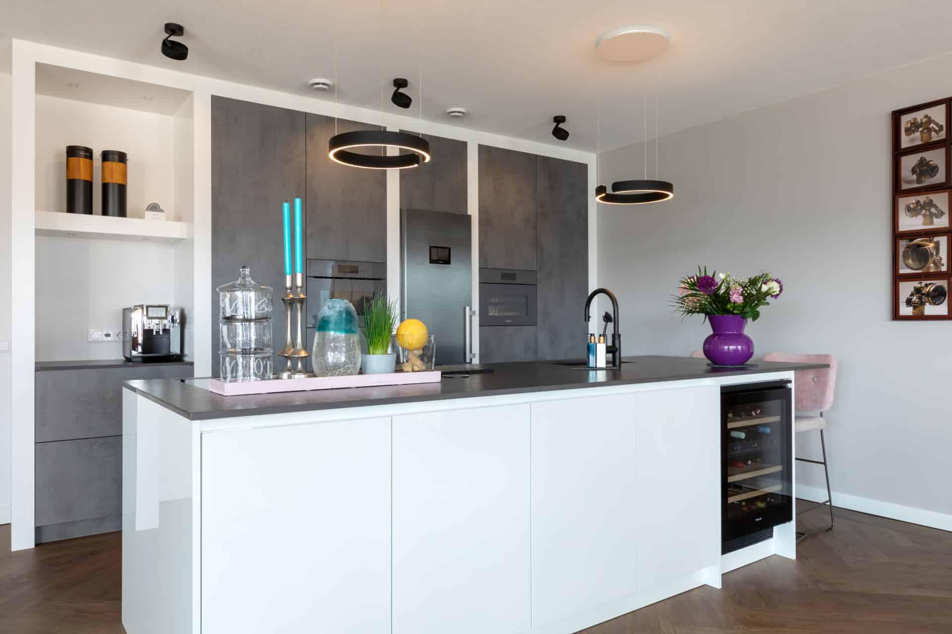 Witte hoogglans greeploze keuken ede 1