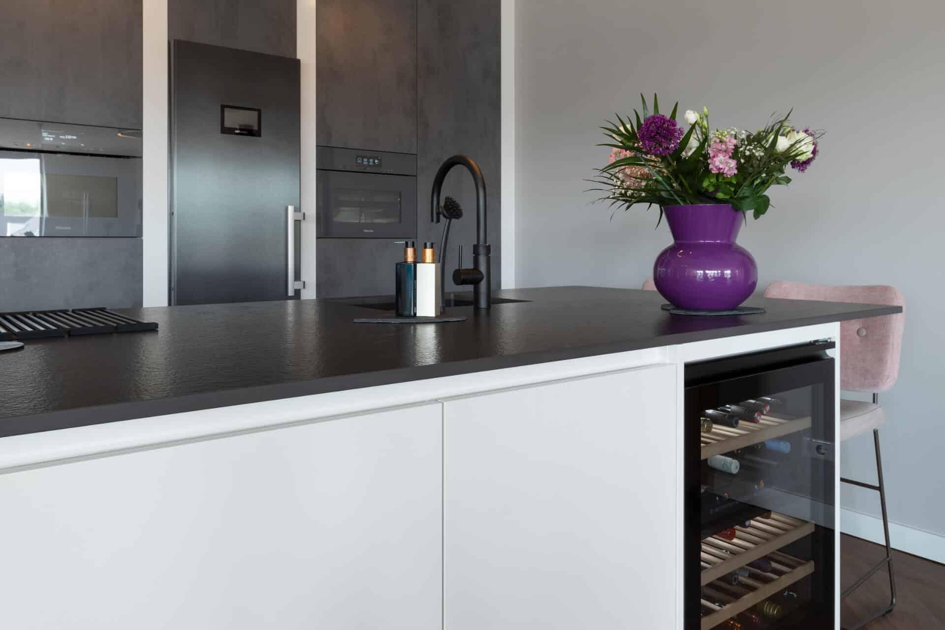 Stoere betonlook keuken met Miele apparatuur | Ede