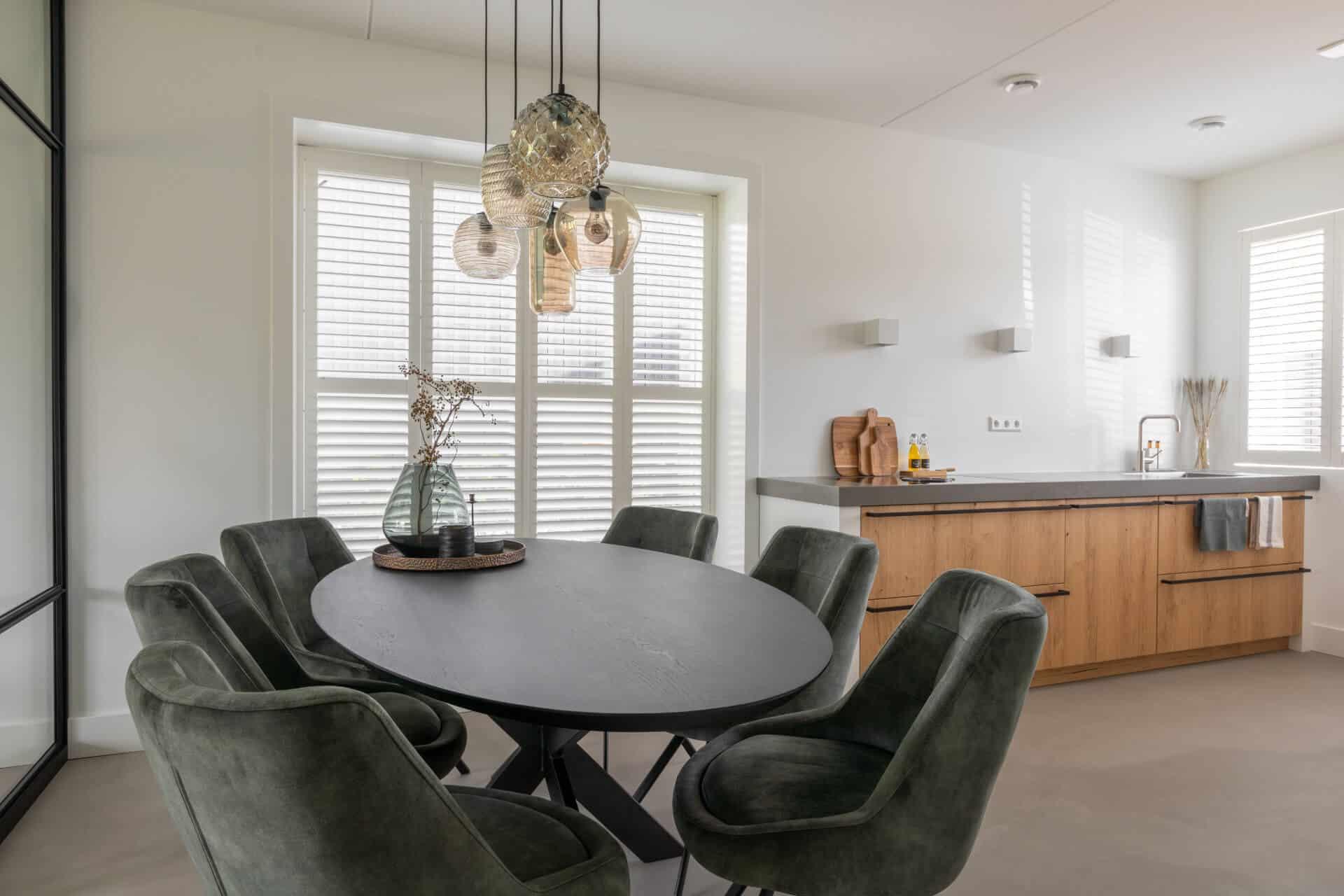 Robuust houten keuken met betonlook werkblad | Barneveld
