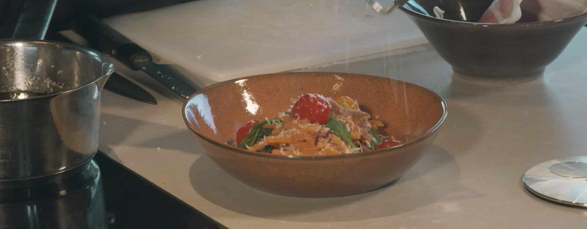 Recept: Zoeteaardappel pasta à la carbonara met babyspinazie