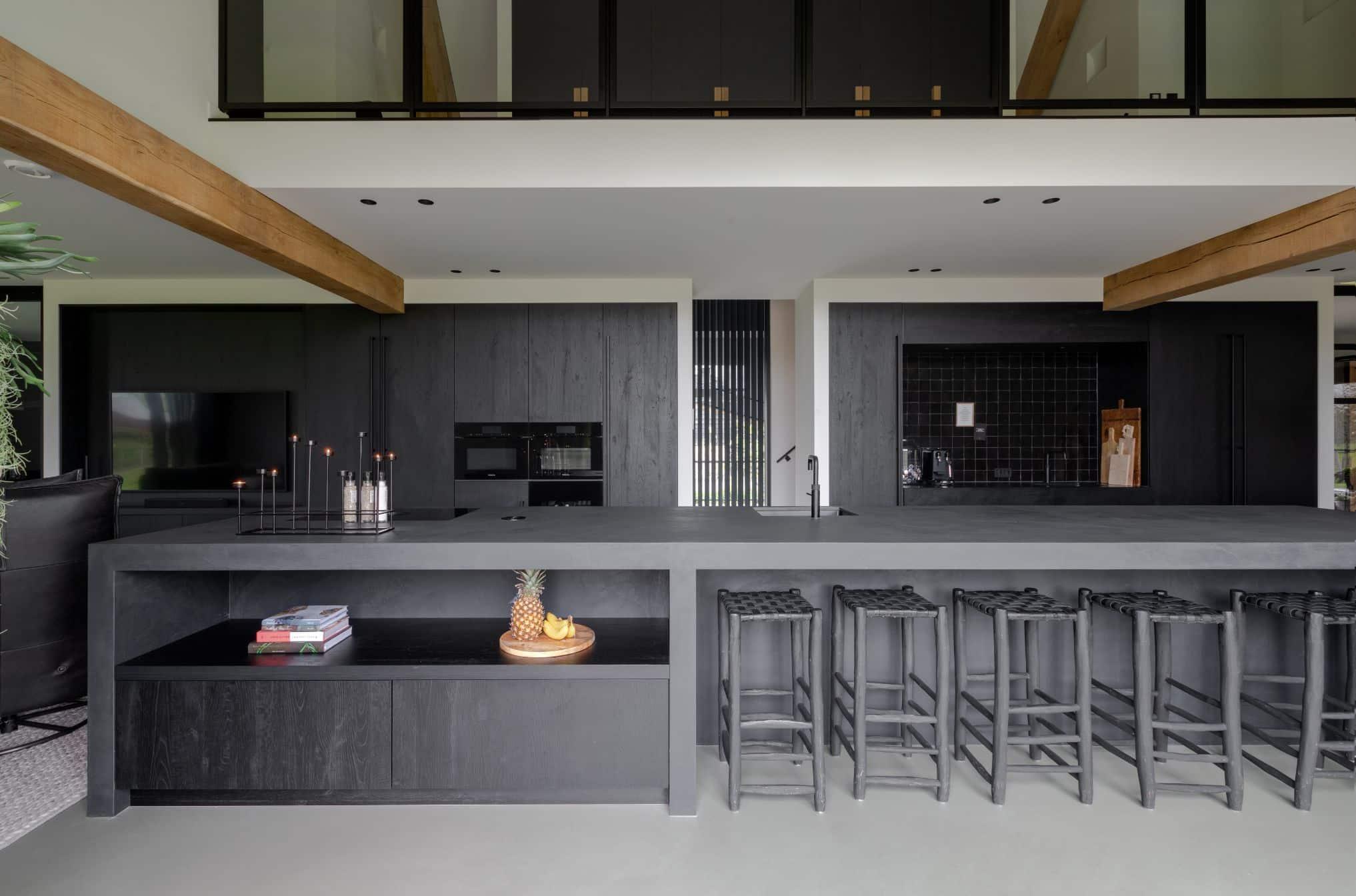 Zwarte houten keuken | Kootwijkerbroek